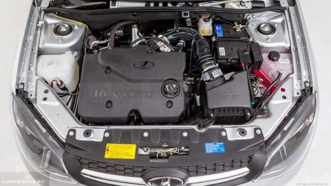 Моторный отсек автомобиля Лада Гранта рестайлинг 2018 года с шестнадцати клапанным двигателем
