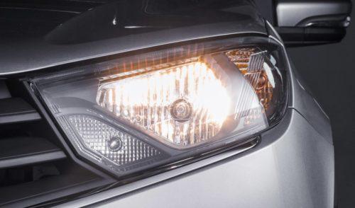 Фара с включенным ближним светом на седане Лада Гранта рестайлинговой версии 2018 года выпуска