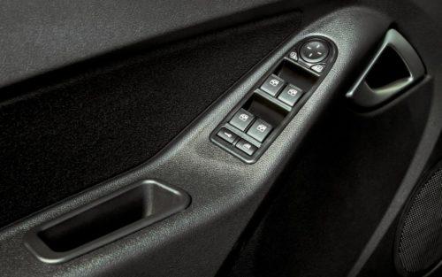Кнопки управления замками дверей на подлокотнике водителя в Лада Гранта 2018 года рестайлинг