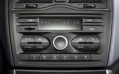 Штатная магнитола на консоли автомобиля Лада Гранта рестайлинг 2018 года