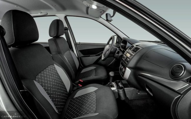 Передние сидения внутри автомобиля Лада Гранта рестайлинг 2018 года производства