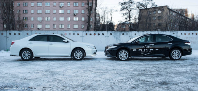 Сравнение черной Тойоты Камри 2018 года с белой моделью прошлого поколения