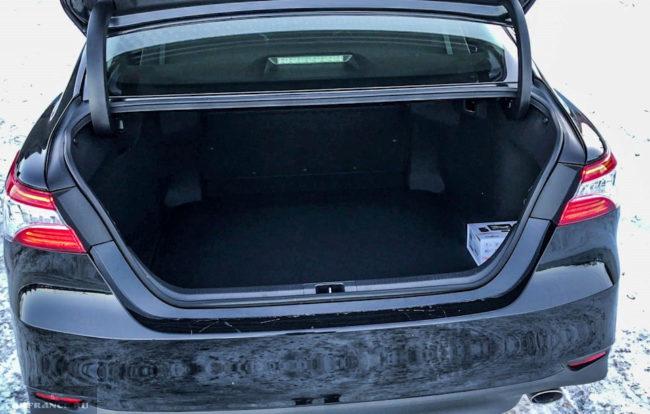 Багажник седана бизнес класса Тойота Камри 2018 модельного года при открытой крышке