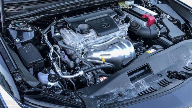 Двигатель мощностью в 181 лошадиную силу под капотом автомобиля Тойота Камри 2018 года производства