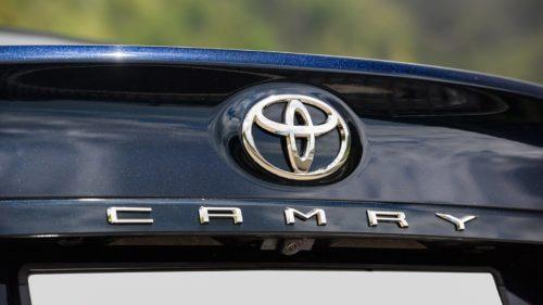 Эмблема на крышке багажника автомобиля бизнес-класса Тойота Камри 2018 года выпуска