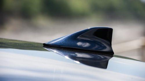 Гребень наружной антенны на крыше седана Тойота Камри 2018 года выпуска