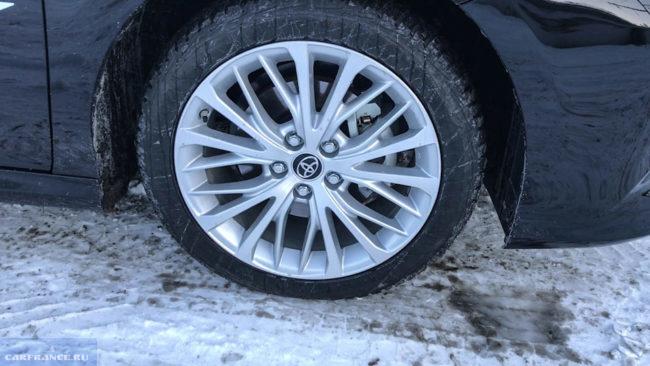 Фирменный литой диск колеса на автомобиле Тойота Камри 2018 года производства в престижной комплектации