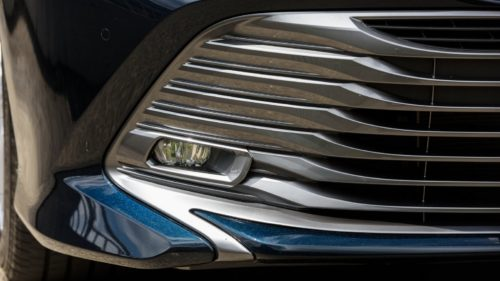 Противотуманная фара в передней решетки японского седана Тойота Камри 2018 года производства