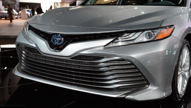 Агрессивного вида воздухозаборник на бампере новой Тойота Камри 2018 модельного года