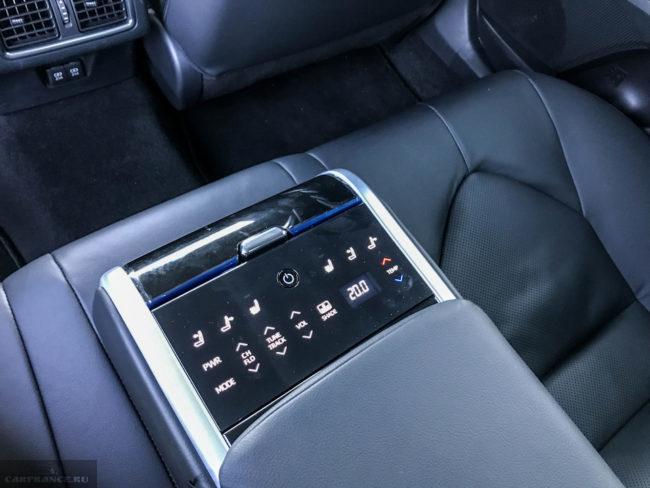 Пульт управления климатической установкой в подлокотнике заднего сидения в Тойота Камри 2018 года выпуска