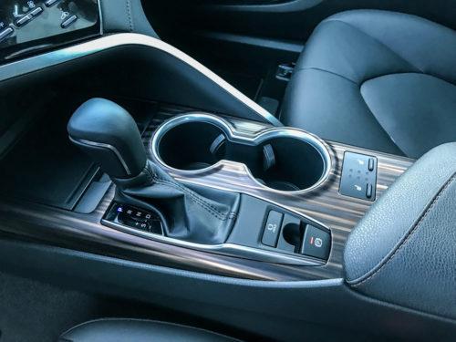 Рычог управления коробкой передач на центральной консоли в Тойота Камри 2018 года производства