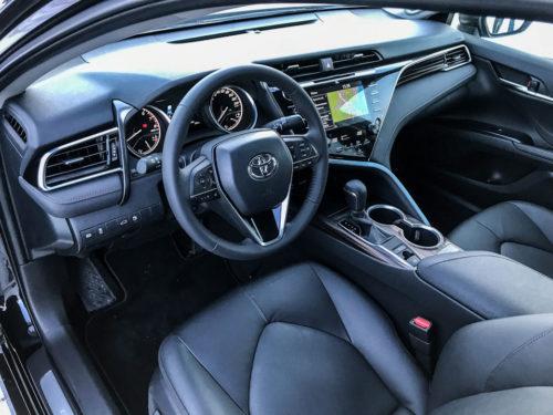 Фото передней части салона в автомобиле Тойота Камри 2018 модельного года