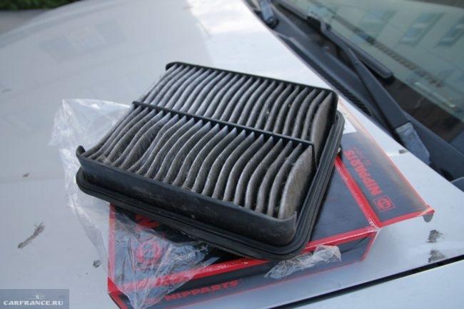 Загрязненный воздушный фильтр от автомобиля Сузуки Гранд Витара