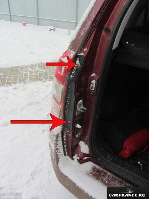 Два болта крепления фары к кузову автомобиля Сузуки Гранд Витара 2006 года