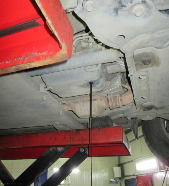 Процесс частичного слива старого масла из автоматической коробки передач в Сузуки Гранд Витара