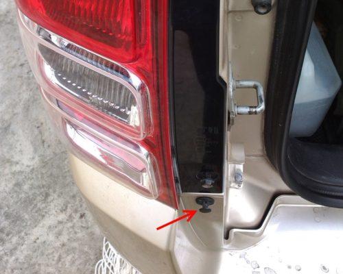 Месторасположение клипсы заднего бампера в проеме багажника в Сузуки Гранд Витара