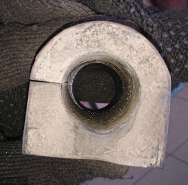 Изношенная втулка стабилизатора Сузуки Гранд Витара со зрительно видимым износом