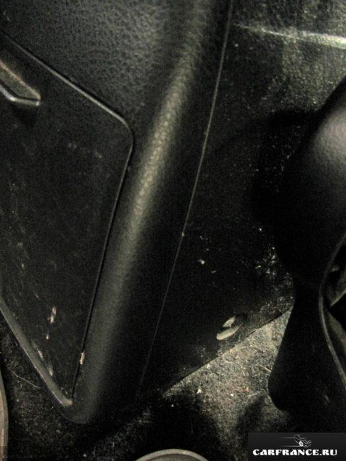 Пластиковый кожух центрального подлокотника в задней части салона Сузуки Гранд Витара