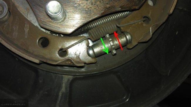 Направление вращения регулятора задних колодок дисковых тормозов в Сузуки Гранд Витара