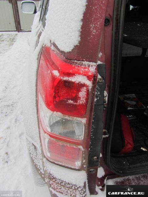 Задний фонарь на Сузуки Гранд Витара после открытия багажника