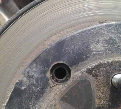 Регулировочное отверстие в заднем тормозном диске Сузуки Гранд Витара