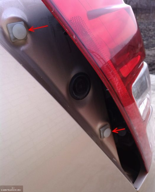 Пластиковые клипсы крепления заднего фонаря к кузову внедорожника Сузуки Гранд Витара