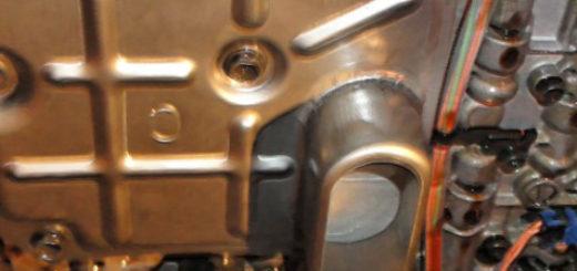 Коробка со снятым поддоном при полной замене масла в АКПП на Сузуки Гранд Витара