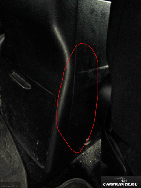 Боковой стык между подлокотником и задней крышкой в салоне автомобиля Сузуки Гранд Витара