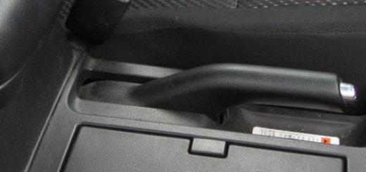 Рычаг включения ручного тормоза на Сузуки Гранд Витара 2006 года выпуска