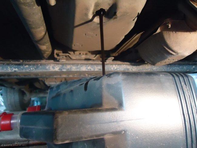 Слив отработанного масла из АКПП автомобиля Сузуки Гранд Витара
