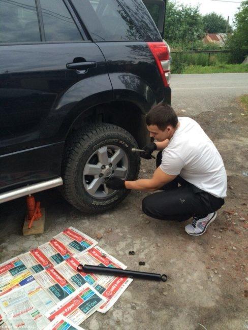 Снятие заднего колеса на Сузуки Гранд Витара для замены амортизатора