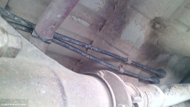 Новые троса стояночной тормозной системы на днище Сузуки Гранд Витара