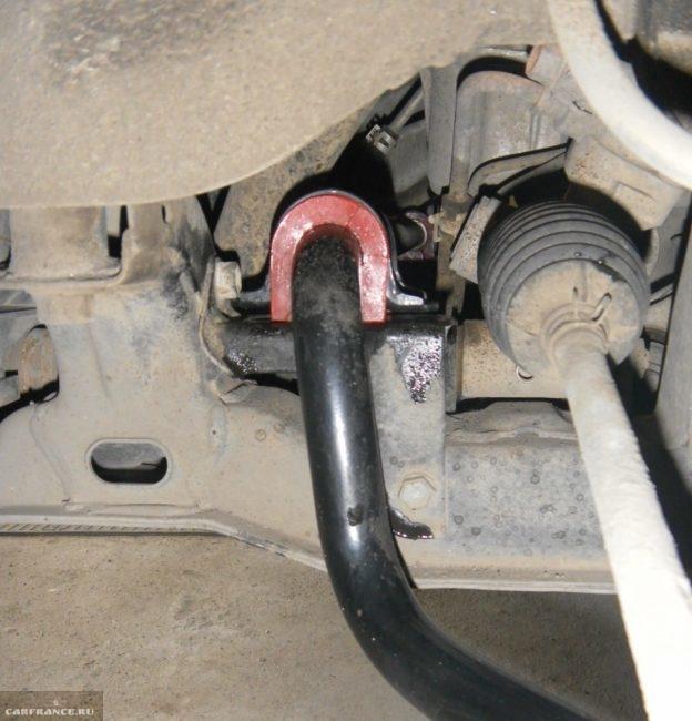 Красная полиуретановая втулка на поперечном стабилизаторе автомобиля Сузуки Гранд Витара