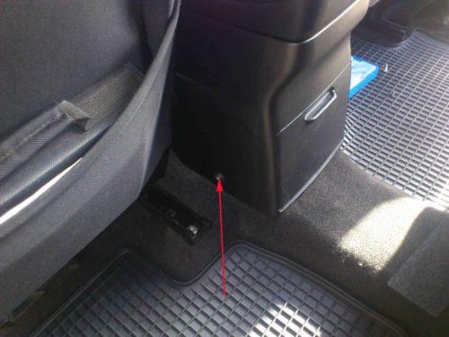 Винты бокового крепления подлокотника в салоне автомобиля Сузуки Гранд Витара