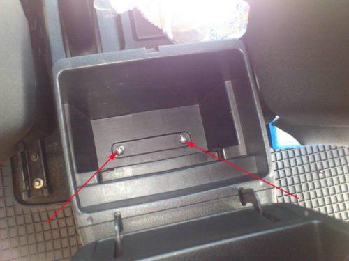 Винты нижнего крепления центрального подлокотника в салоне Сузуки Гранд Витара