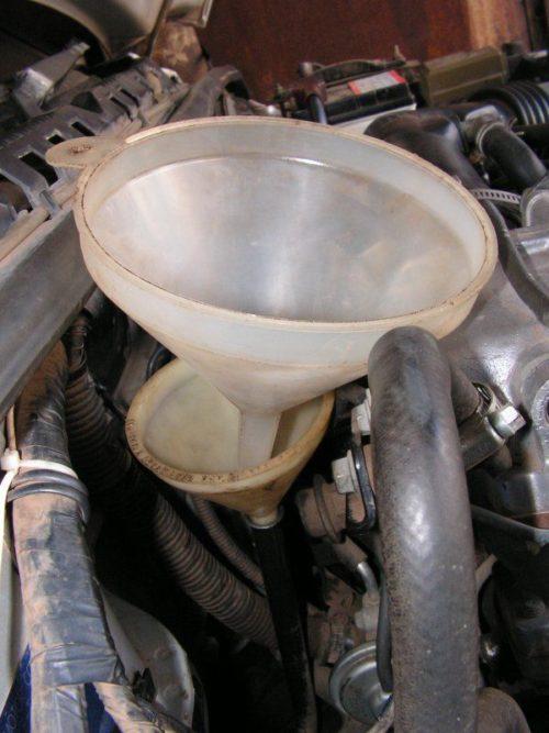 Две воронки для заливки нового масла в автоматическую коробку передач на автомобиле Сузуки Гранд Витара