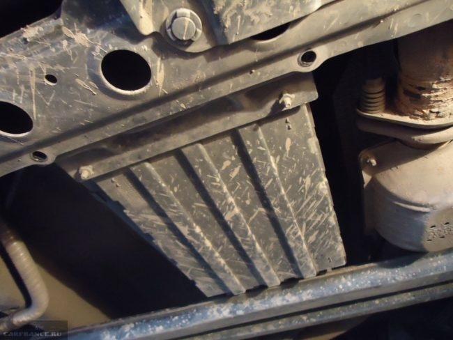 Пластиковая защита акпп снизу автомобиля Сузуки Гранд Витара