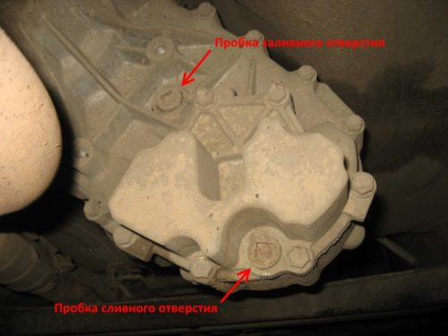 Сливная и заливная пробки на корпусе раздатки под днищем автомобиля Сузуки Гранд Витара
