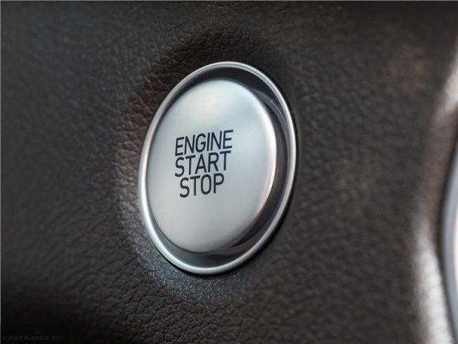 Матовая кнопка системы старт-стоп в салоне кроссовера Хёндай Санта Фе 2019 года производства