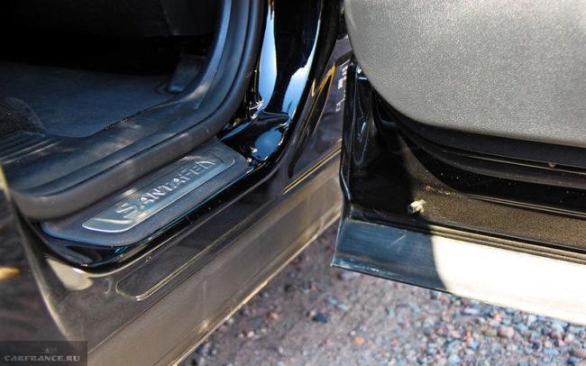 """Накладка с логотипом на """"чистом"""" пороге двери автомобиля Хёндай Санта Фе 2019 года производства"""