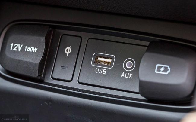 Розетка на 12 вольт и другие разъемы на панели автомобиля Хёндай Санта Фе 2019 года