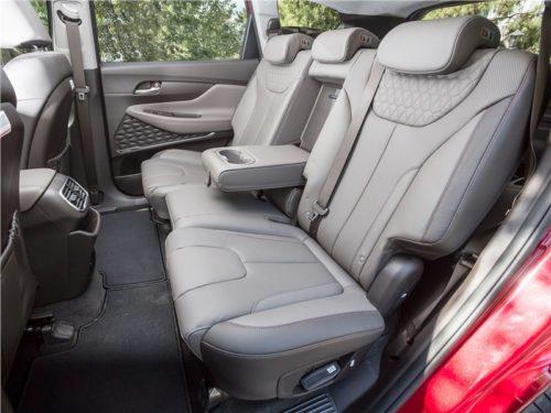Комфортные сидения для пассажиров в салоне корейского автомобиля Хёндай Санта Фе 2019 модельного года