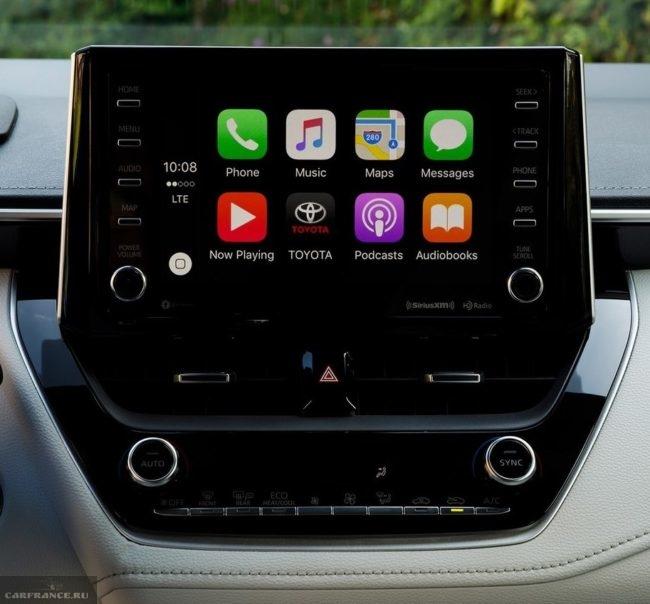 Дисплей мультимедийной системы на передней панели в Тойота Королла 2019 года производства