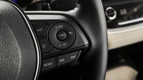 Мультимедийные кнопки на руле автомобиля Тойота Королла 2019 года