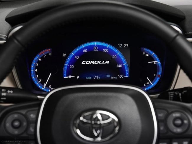 Панель приборов в обновленной модели японского автомобиля Тойота Королла