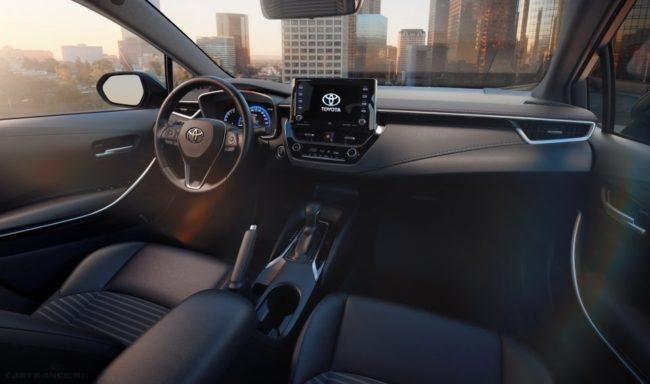 Передняя панель внутри салона новой модели Тойота Королла 2019 года