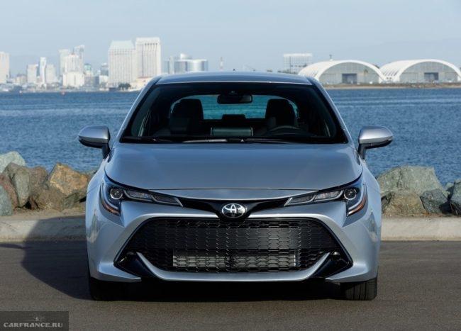 Внешний вид спереди обновленной версии Тойота Королла нового модельного года