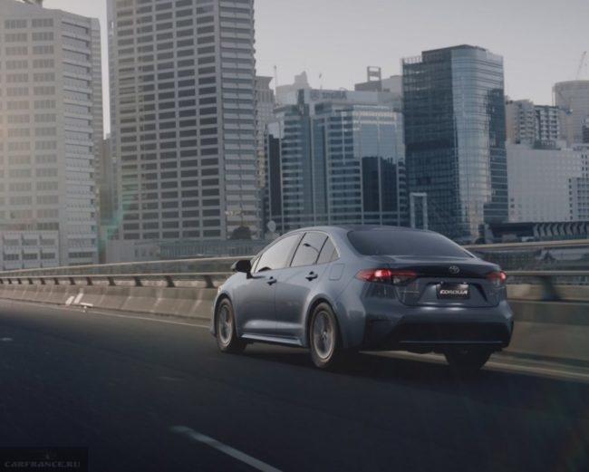 Обновленная модель Тойота Королла впервые на городской дороге в сером цвете