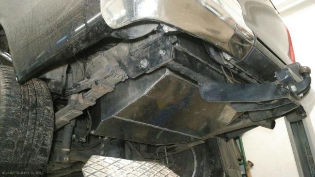 Дополнительный бак для топлива под днищем автомобиля Тойота Хайлюкс 2019 года