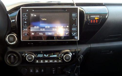Многофункциональный дисплей на передней панели в Тойота Хайлюкс 2019 года производства